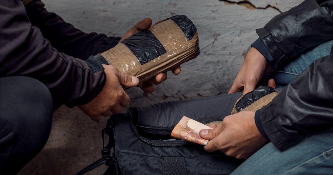 Jumătate de tonă de cocaină a ajuns într-un depozit de legume și fructe din Ilfov. Drogurile erau ascunse în cutii cu banane