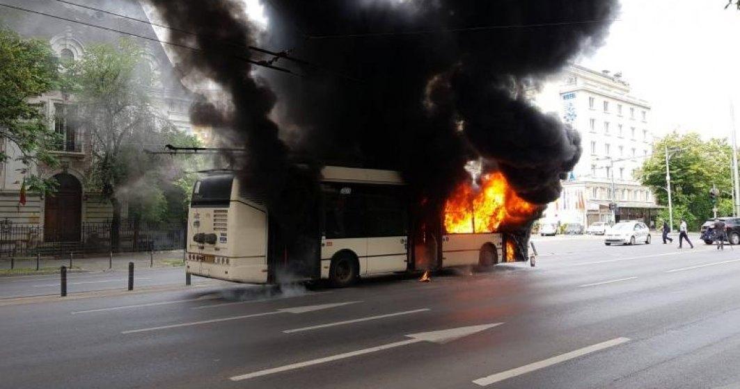 VIDEO Un troleibuz a luat foc în București. Reacția Gabrielei Firea la incident