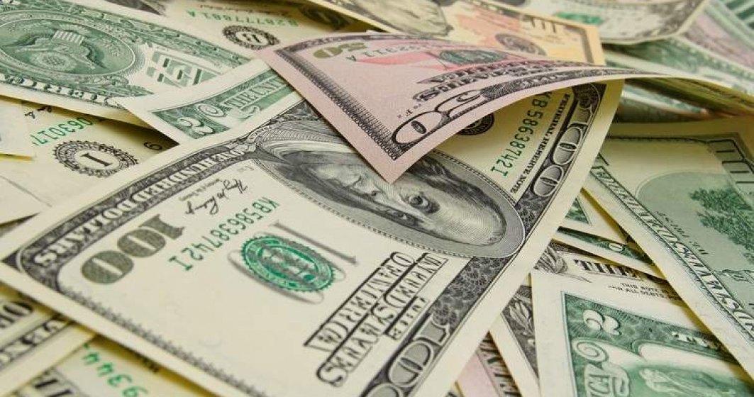 Satu Mare: Doua mii de dolari falsi, descoperiti asupra unei tinere care voia sa intre in tara prin Vama Petea