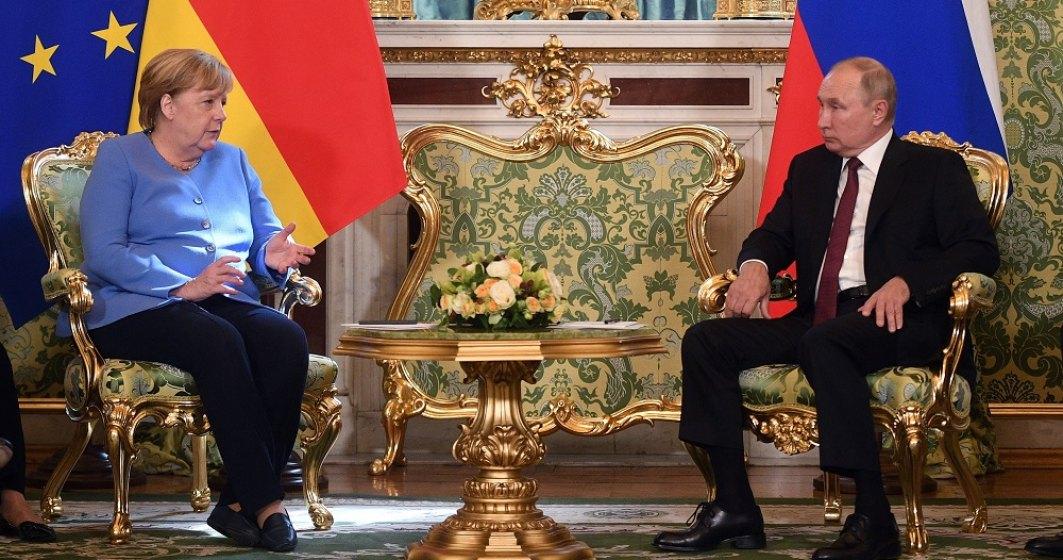 """VIDEO: Telefonul lui Merkel a """"bâzâit"""" în timp ce era cu Putin"""