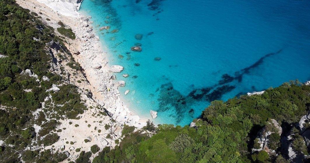 Ce amendă au primit turiștii care au luat nisip de pe plajele din Sardinia