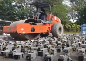 Peste o mie de dispozitive de minat bitcoin, distruse de un buldozer