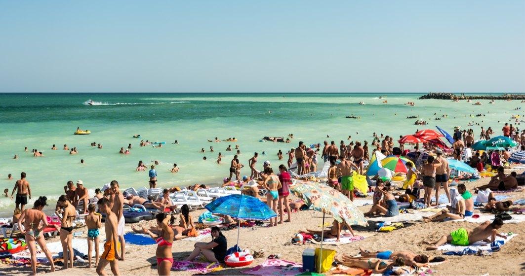 Noi măsuri pe plajă și în apă: Doar soții și copiii mai sunt exceptați de la distanțare