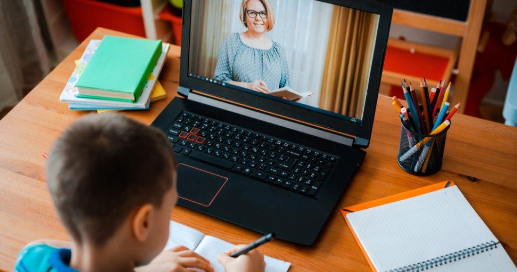Peste 1.000 de elevi din medii defavorizate primesc echipamente pentru școala online