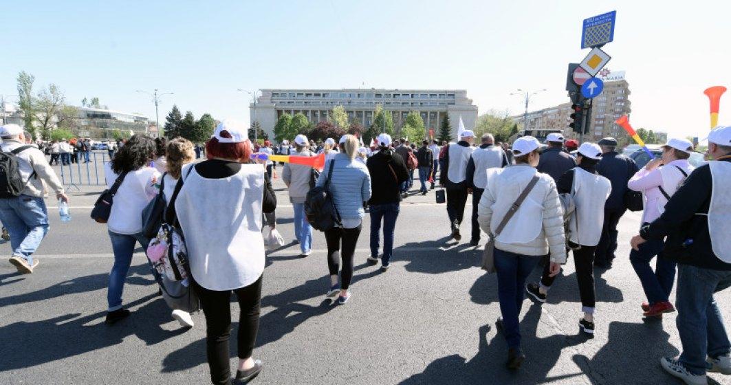 Angajatii din CFR au inceput protestul in fata Ministerului Transporturilor