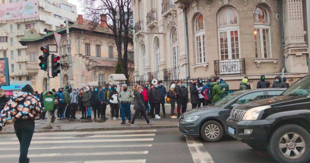 Sute de oameni se îngramădesc la coadă pentru burgeri gratis, în centrul Capitalei