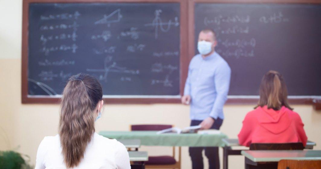 """Retrospectiva unui an școlar pandemic: """"Culoarea semaforului se putea schimba des, ba era roșu, ba verde"""""""