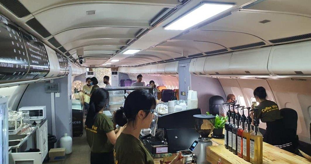FOTO Cafeneaua amenajată într-un avion dezafectat ce îți oferă posibilitatea de a te simți din nou pasager