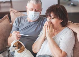 Cum am putea diferenția gripa de COVID? La ce simptome trebuie să fim atenți
