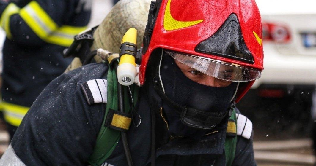Pompierii au intervenit pentru îndepărtarea copacilor căzuți pe mașinile din București