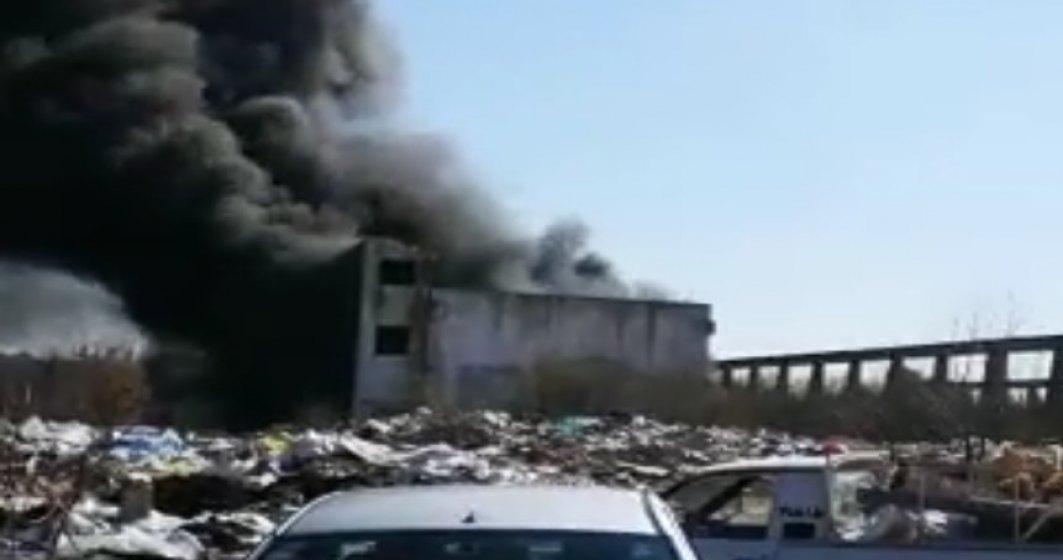 Incendiu la o clădire din București plină cu anvelope și gunoi menajer. A fost chemată Garda de Mediu