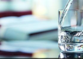 Asociație: Apa îmbuteliată se va scumpi cu 20% din cauza noilor prețuri la...