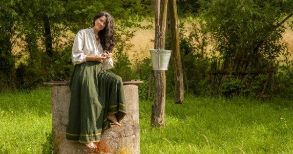Raluca Olaru, tânăra doftoroaie care a adus în prezent lucrurile învăţate din...
