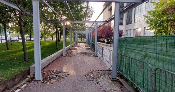 O construcție hidoasă, care a stricat pavajul din fața Tribunalului...