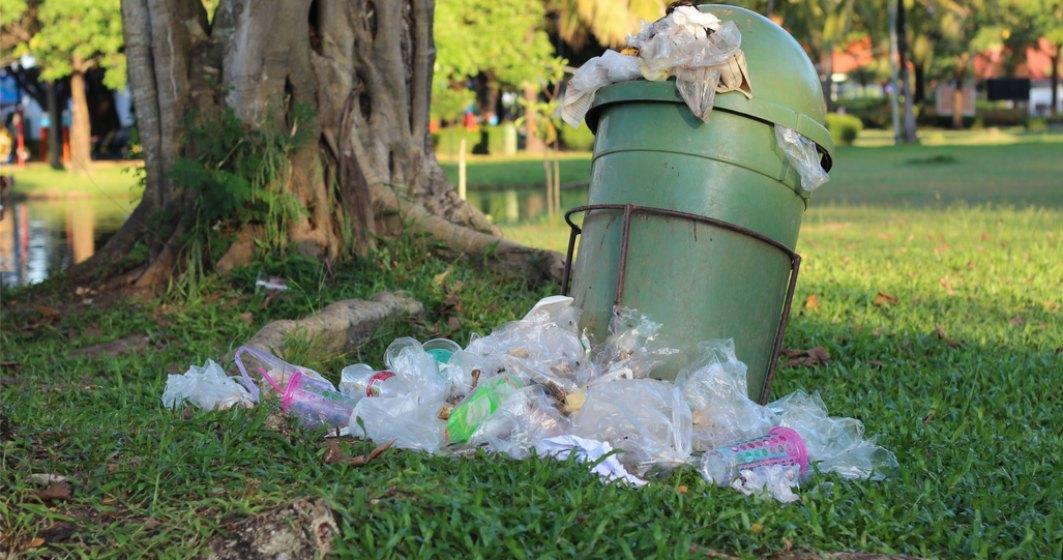 Un cerșetor a găsit 20.000 de lei în gunoi și i-a predat poliției