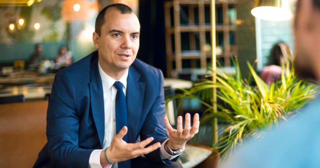 La pranz cu Bogdan Putinica: Ce se intampla in Romania e o comedie trista, mirobolanta si profund ridicola
