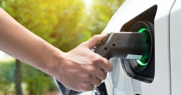 Electrificarea mașinilor ar putea reduce la jumătate consumul mondial de petrol