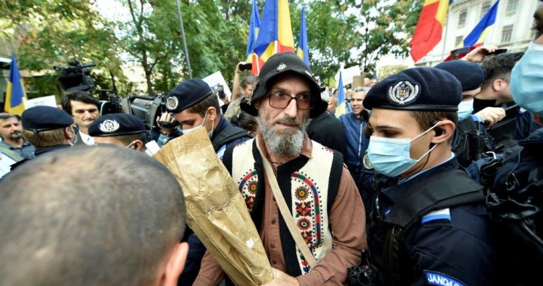 Protest anti-MASCĂ DE PROTECȚIE în Piața Universității din Capitală