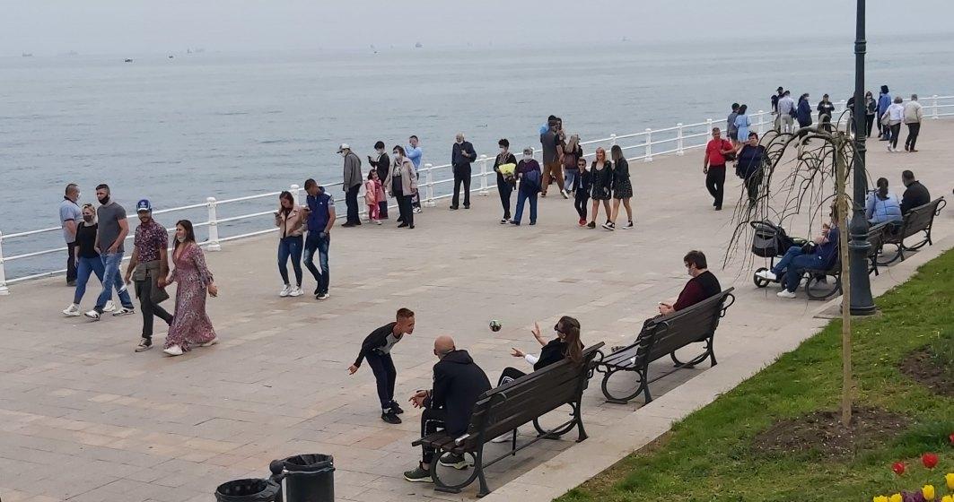 FOTO | Aglomerație la malul mării: românii au ieșit la plimbare pe faleză
