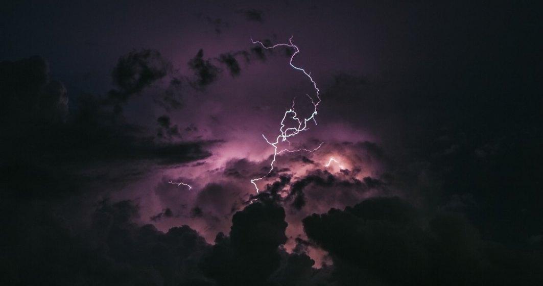 Primele pagube ale furtunii: antenă de 30 m a Vodafone s-a prăbușit peste o casă; un avion TAROM nu va mai zbura spre București