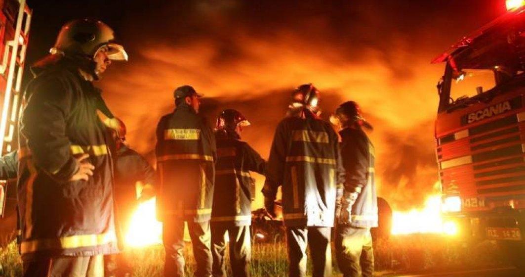 Zeci de salvatori intervin de aproximativ o zi pentru stingerea incendiului de vegetatie din Muntii Apuseni