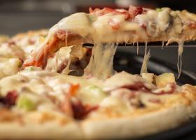 VIDEO   Ideea inedită a unui chef: pizza gătită pe lava unui vulcan