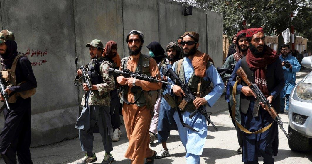 Amercanii, escortați de talibani, cu care până acum o lună erau în război