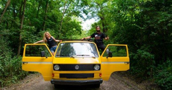 Și-au cumpărat o veche dubiță Volkswagen T3 pe care au numit-o Eni. Și-au dat...