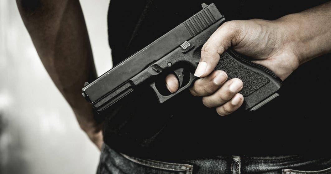 O geantă cu un pistol și gloanțe, uitată într-o cabină de probă a unui magazin