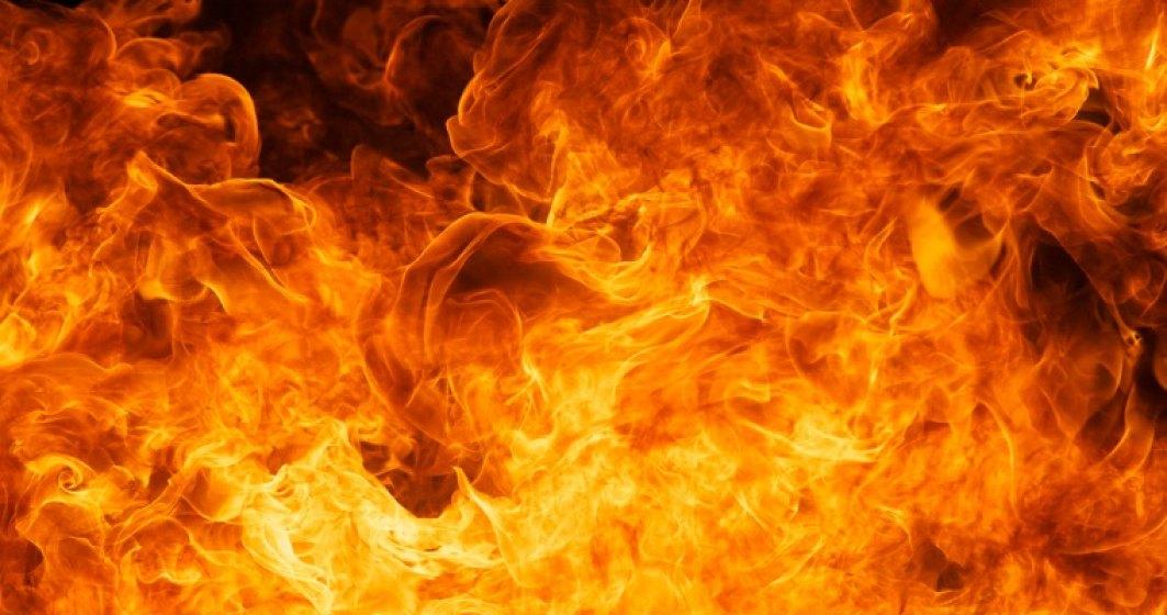 Incendiu in Portul Constanta: Pompierii intervin pentru stingerea flacarilor, care s-au extins la vagoane cu celuloza