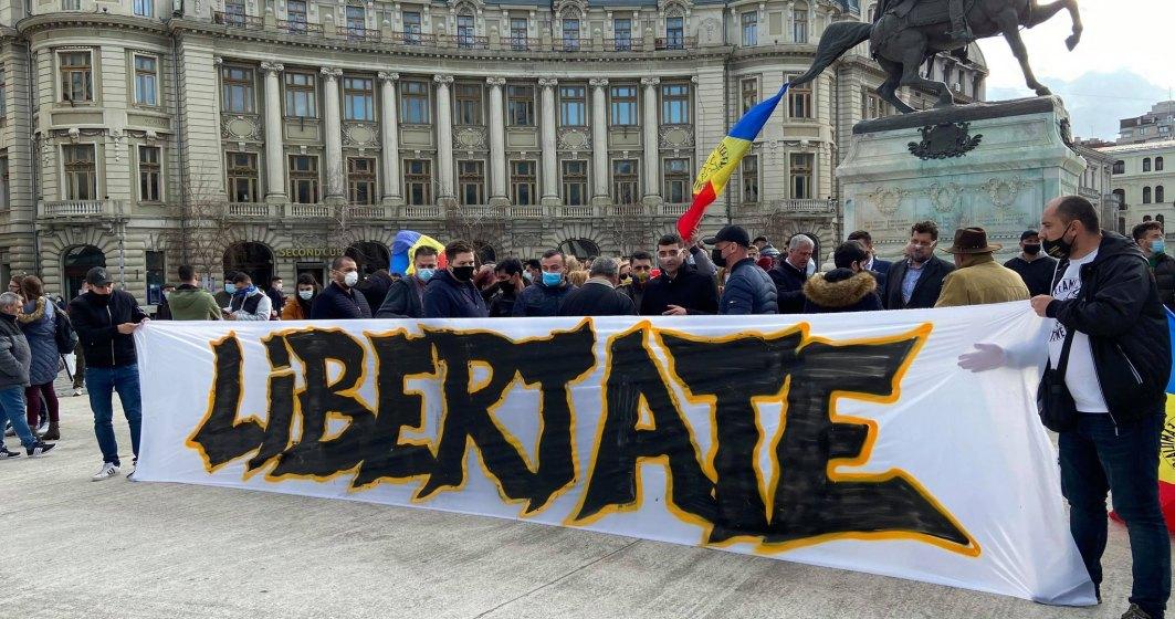 Aproximativ 100 de oameni manifestau la Universitate împotriva restricțiilor anti-COVID