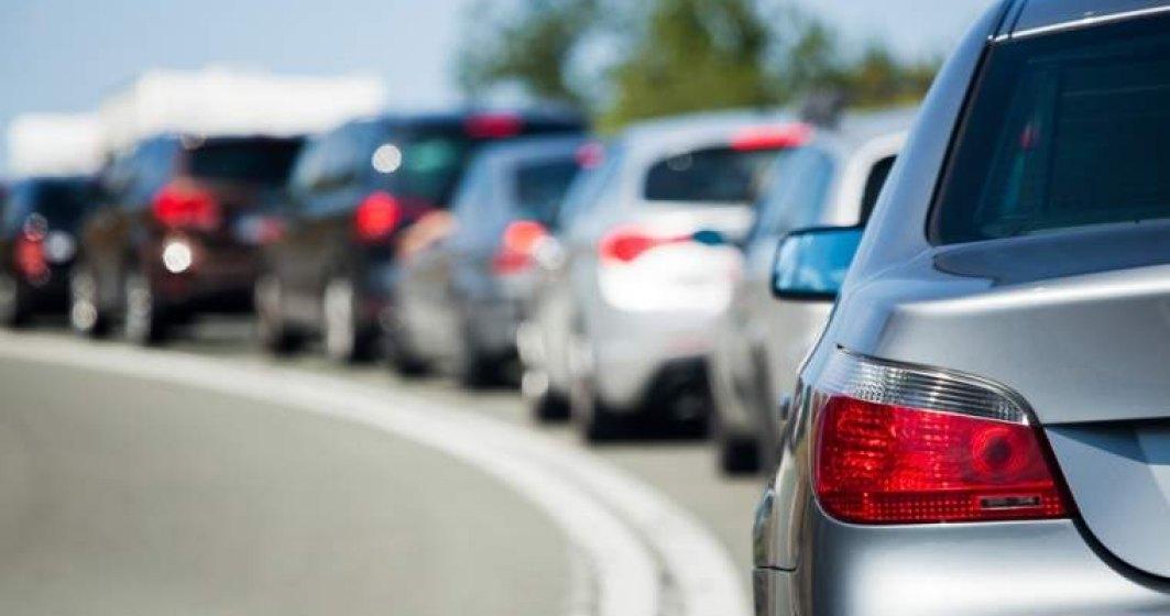 Trafic rutier intens pe Valea Prahovei, existand coloane de masini pe mai multe sectoare de drum