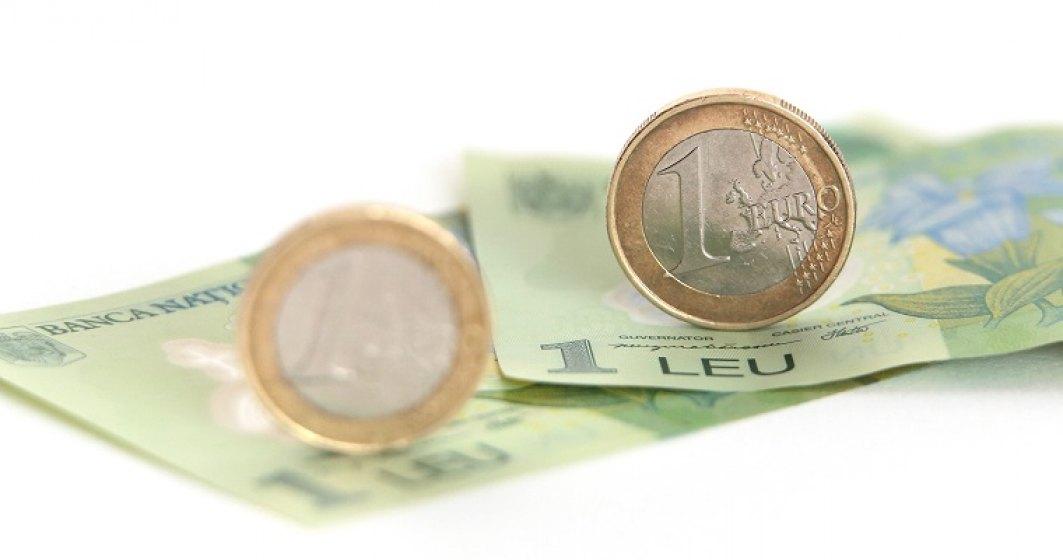 Cursul leu/euro atinge al doilea maxim istoric consecutiv pe fondul tensiunilor din scena politica