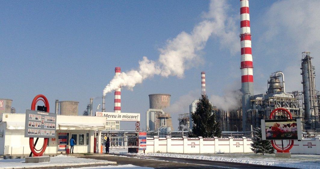 """In vizita la rafinaria Petrotel-Lukoil, unde """"tehnologizarea fabricii de carburanti"""" reduce locurile de munca de la an la an"""