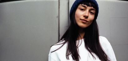 Tânăra care dă o nouă viață materialelor vechi: brandul de modă născut din...
