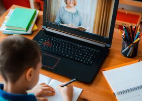 Ce poți face dacă trebuie să stai acasă cu copiii din cauza școlii online...