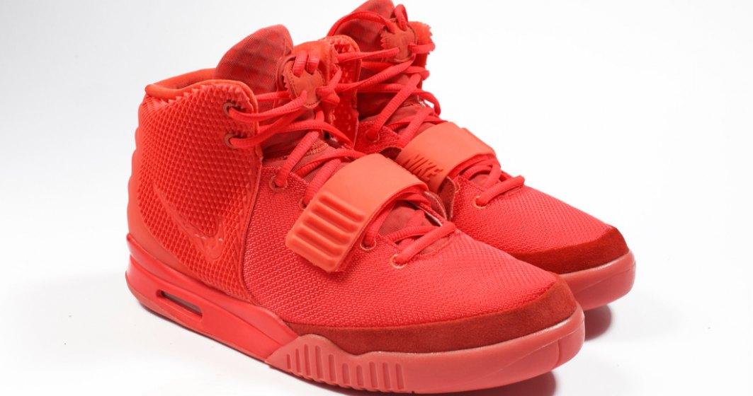 NOU RECORD | O pereche de Nike, vândută pentru 1,8 milioane de dolari