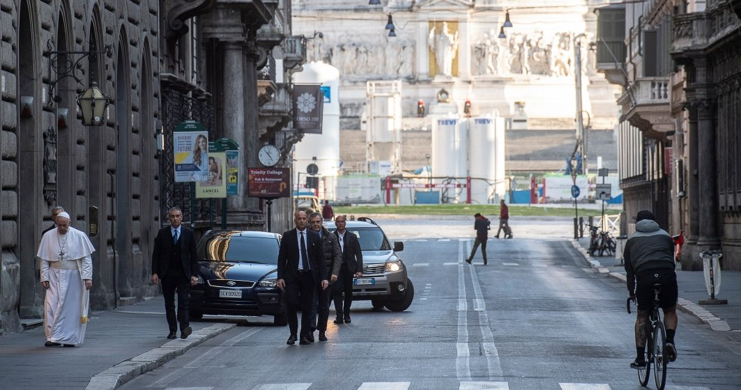 Papa, pe jos pe străzile pustii ale Romei, pentru a se ruga pentru sfârşitul pandemiei de coronavirus