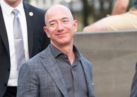 Jeff Bezos nu mai este cel mai bogat om din lume. Cine i-a luat locul?