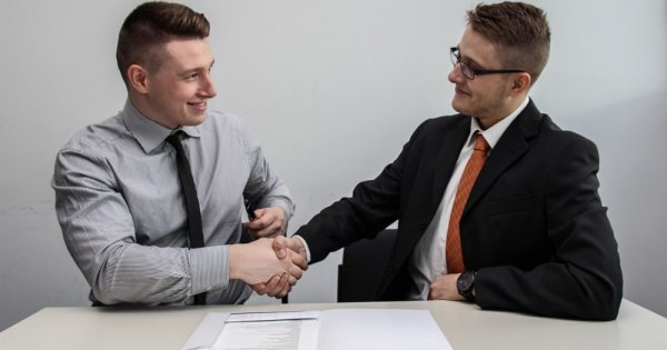 Limbajul corpului la interviul de angajare. 3 trucuri pe care să le ai în vedere