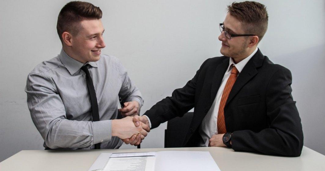 Limbajul corpului la inteviu de angajare. 3 trucuri pe care să le ai în vedere