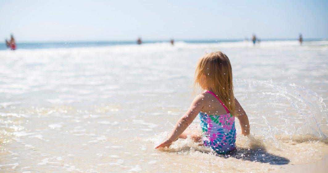 Lecții de educație acvatică gratuite, pe plaja din Mamaia, oferite de Acvatic Bebe Club
