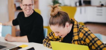 Studiu: Angajații performanți sunt și cei care înjură des și bârfesc mult