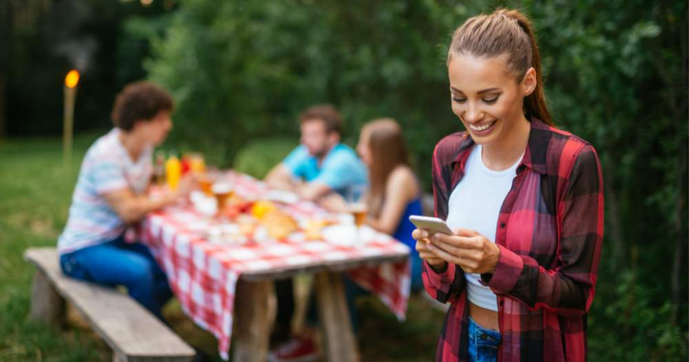 Mai puțin timp online, mai mult timp la terase și iarbă verde – Cum se vede...