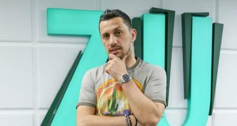 Flick Domnul Rimă ia o pauză de la radio pentru a se dedica...