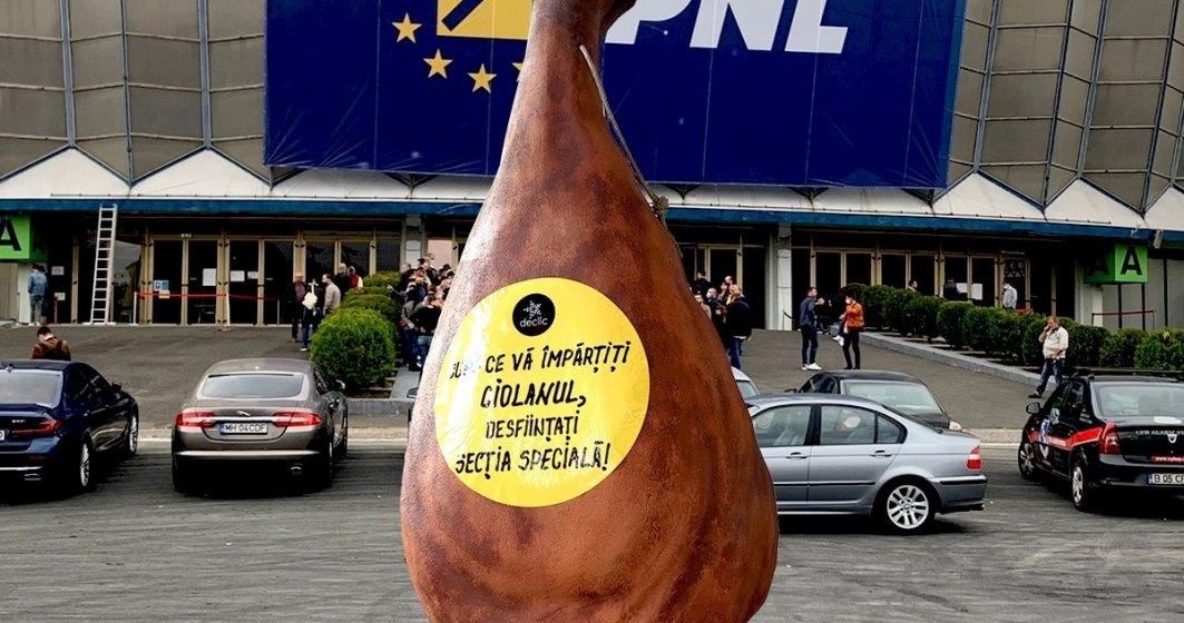 Protestatarii au venit cu un ciolan de 2 metri la Romexpo pentru liberalii care-și aleg șeful
