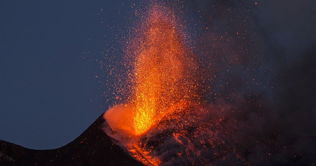 Vulcanul Lewotolo a erupt. Aeroportul local a fost închis