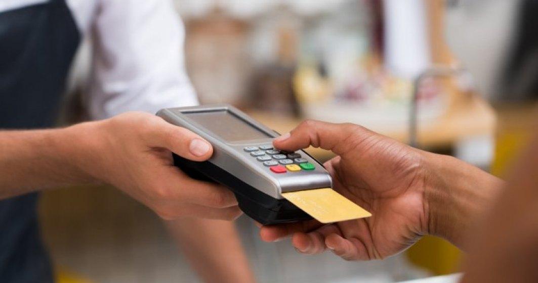 Cash-ul pierde teren in Romania: Numarul tranzactiilor cu cardul la POS a depasit o suta de milioane in primele 6 luni