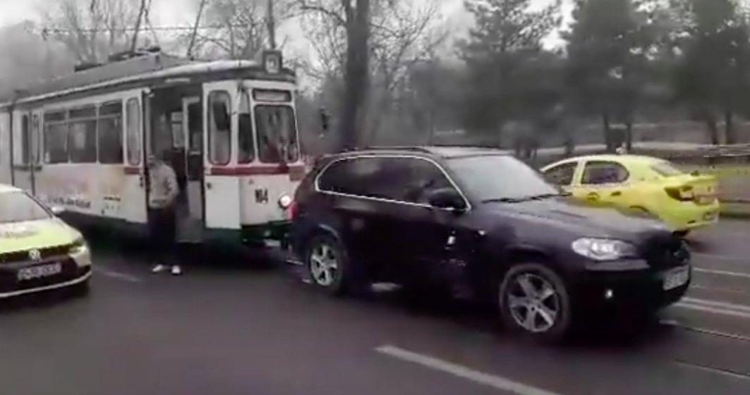 Si totusi de ce posesorii de BMW iubesc atat de mult mersul pe linia de tramvai?