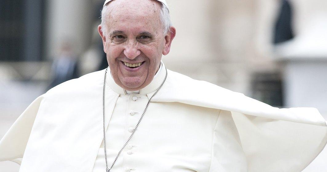 Peste 2.000 de persoane il asteapta pe Papa Francisc la aeroportul din Sibiu